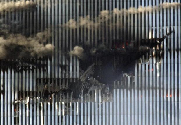 Il-segno-dell-impatto-del-Boeing-767-volo-numero-11-dell-American-Airlines-contro-la-Torre-nord-prima-del-suo-crollo_gal_autore_12_col_portrait