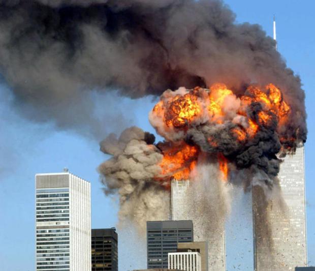 Il-World-Trade-Center-in-fiamme-dopo-lo-schianto-dei-due-aerei_gal_autore_12_col_portrait_sh