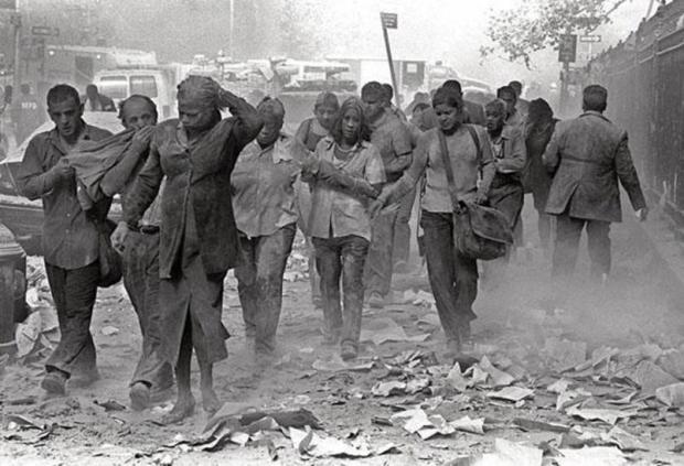 Un-gruppo-di-persone-ricoperte-di-polvere-si-allontanano-dal-World-Trade-Center-distrutto_gal_autore_12_col_portrait