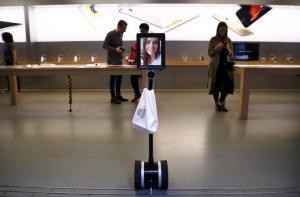 il-robot-inviato-dallaustraliana-lucy-kelly-davanti-allapple-store-di-sydney-ritirare-un-iphone-6s